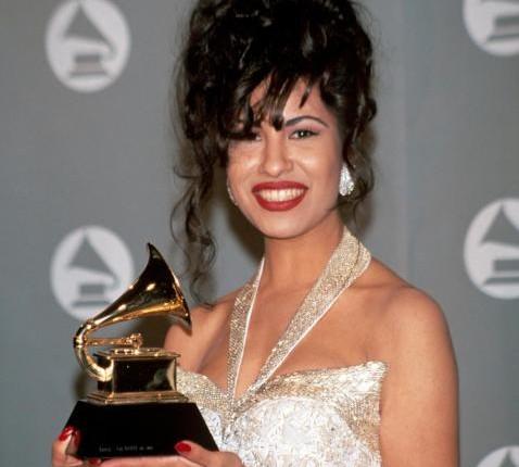 Selena Quintanilla recibe homenaje en los Grammys
