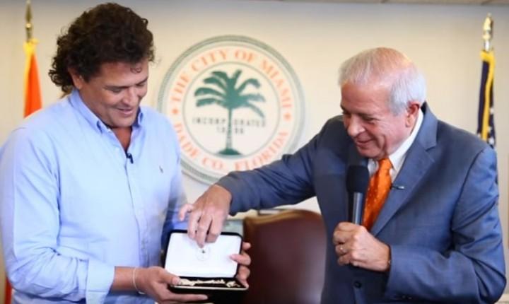 Carlos Vives recibe las llaves de Miami