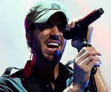 """A Enrique Iglesias """"se le fue la mano"""" con cantante en concierto"""