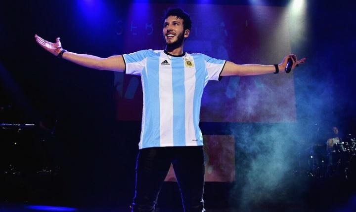 Sebastián Yatra sufrió caída en un concierto