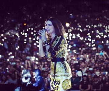 Laura Pausini es golpeada por fan en pleno concierto