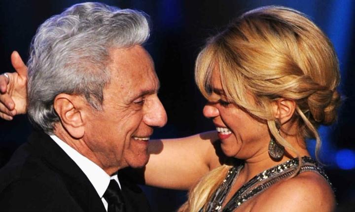 Shakira sorprende a su papá en pleno concierto