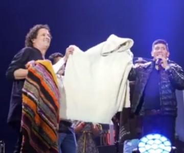 Nairo Quintana se le midió a cantar en concierto de Carlos Vives