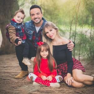 Luis Fonsi y su familia con Águeda López
