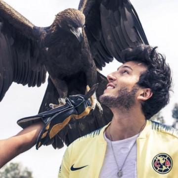 """Un águila recibió con un """"picotazo"""" a Sebastián Yatra"""