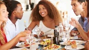 grupo-de-amigos-comiendo-en-un-restaurante