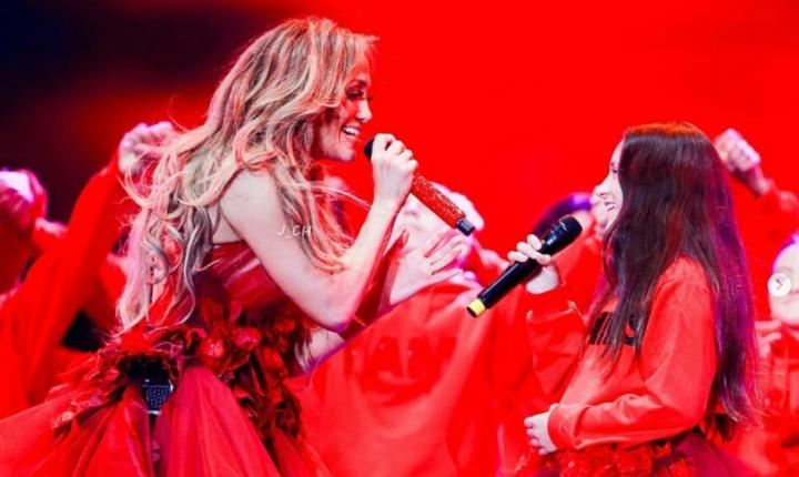 JLo sorprende en concierto cantando con su hija