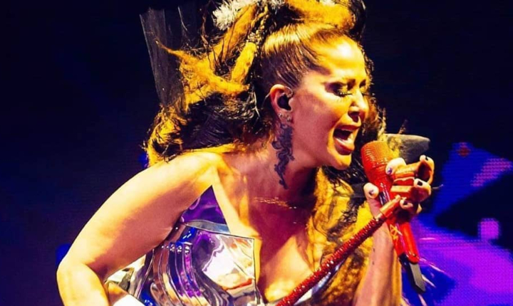 Alejandra Guzmán llora en concierto recordando a su hija