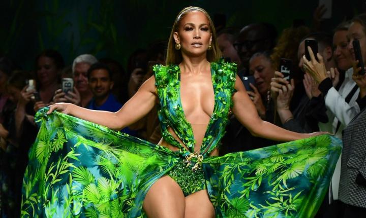 JLo vuelve a causar revuelo por icónico vestido verde de Versace