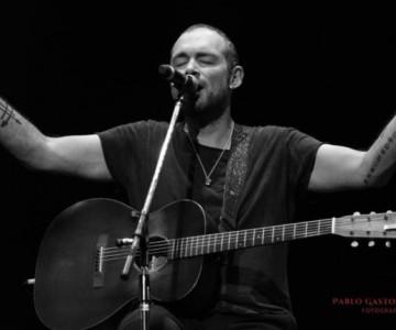Santiago Cruz enamoró al público argentino con sus canciones
