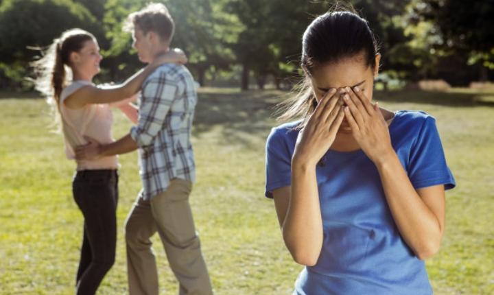 Evita hacer esto si tu pareja te dejó por otra persona sin explicaciones