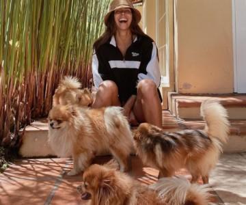 Perros de Greeicy ponen a prueba su paciencia mientras canta