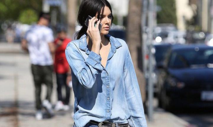 La blusa de mezclilla: si no la tienes, ve a comprarla