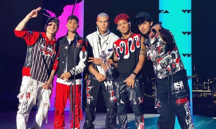CNCO estrena el video de su versión de » Un Beso»