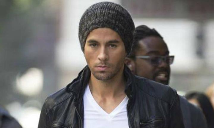 Critican a Enrique Iglesias por foto con su premio Billboard